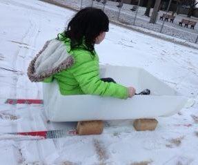 年轻孩子的滑雪雪橇