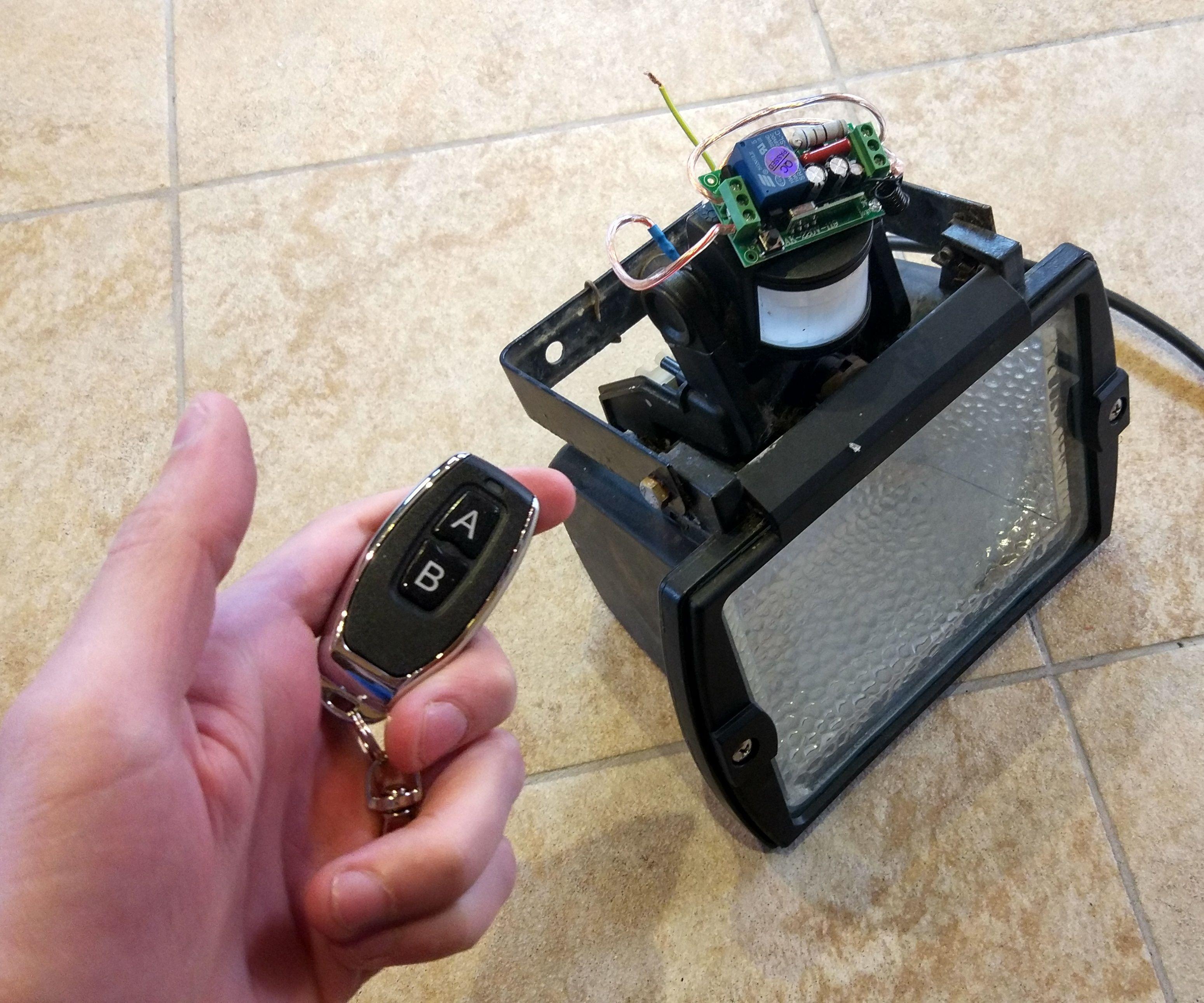 Turn a Broken Motion Sensor Spotlight Into a Remote Controlled Spotlight EN/FR Transformer Un Spot À Détection De Mouvement Cassé En Un Spot Contrôlé Par Télécommande