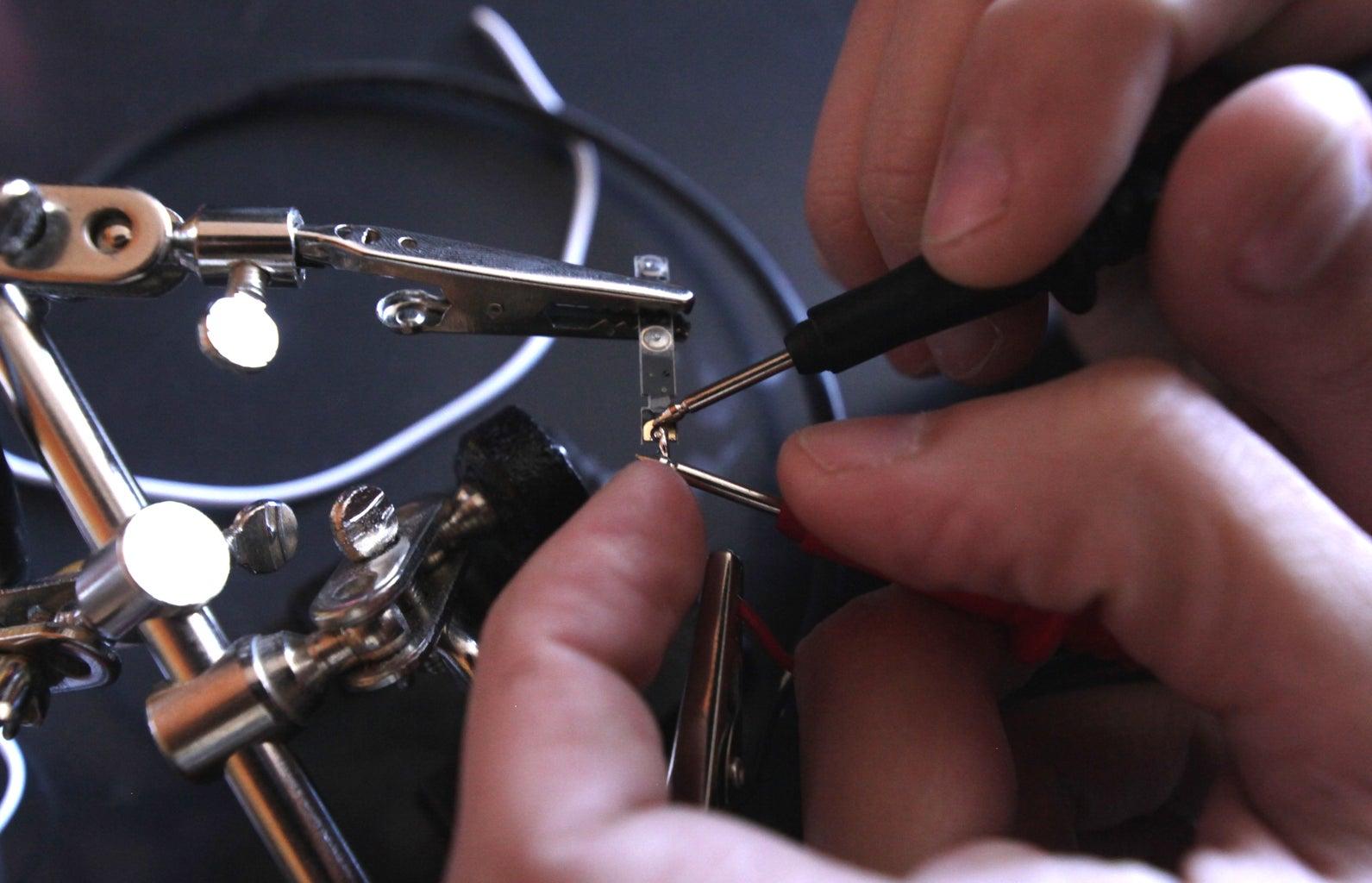 Paso 4 - Suelda El Cable Positivo a La PCB