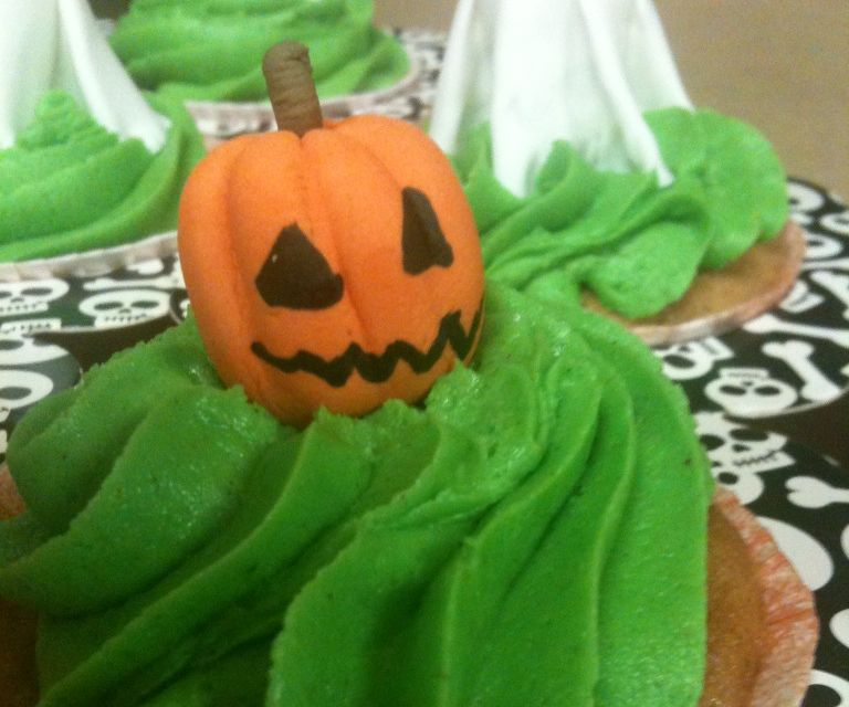 Poison Apple Ale Cupcakes & Gum Paste Ghosts and Jack-O-Lanterns