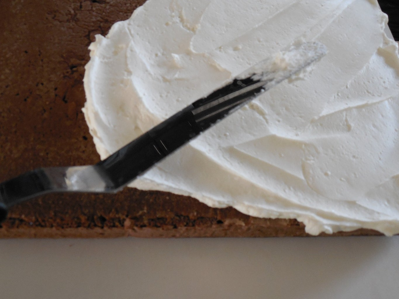 Base Icing the Cake or Crumb Coating