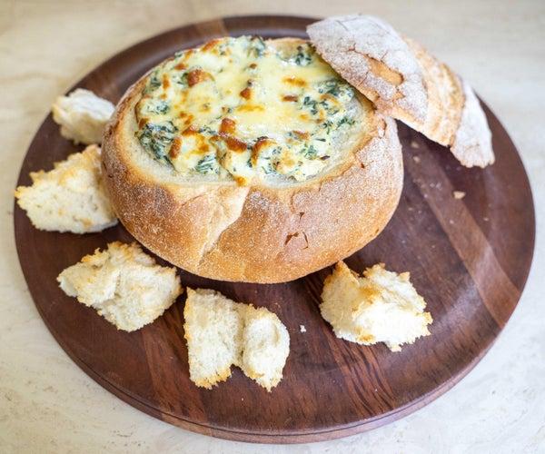 热菠菜蘸鹅卵石面包