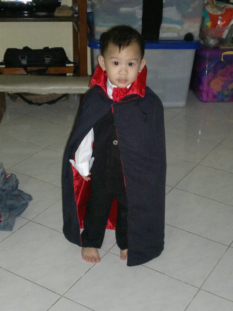 How to Make a Vampire Costume for Children