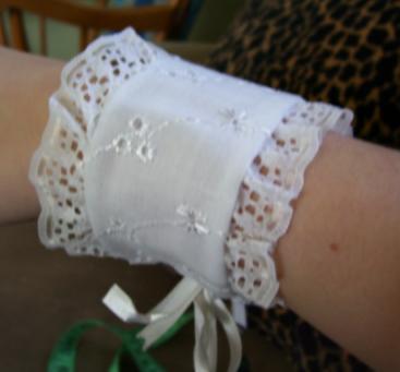 Sew a lace bracelet