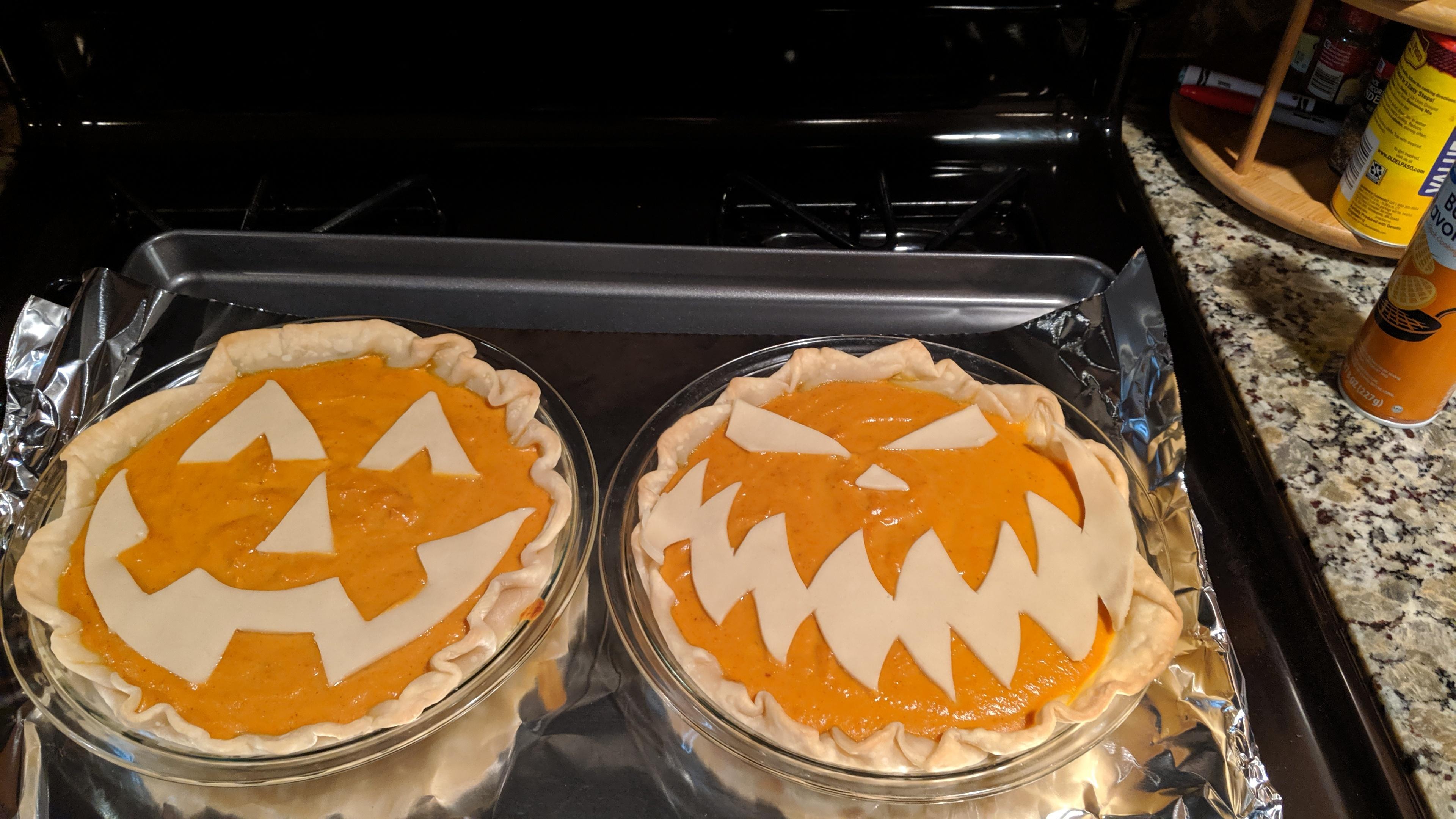Probably Something Every Mom or Grandma Teaches Us: Pie Crust Decor.