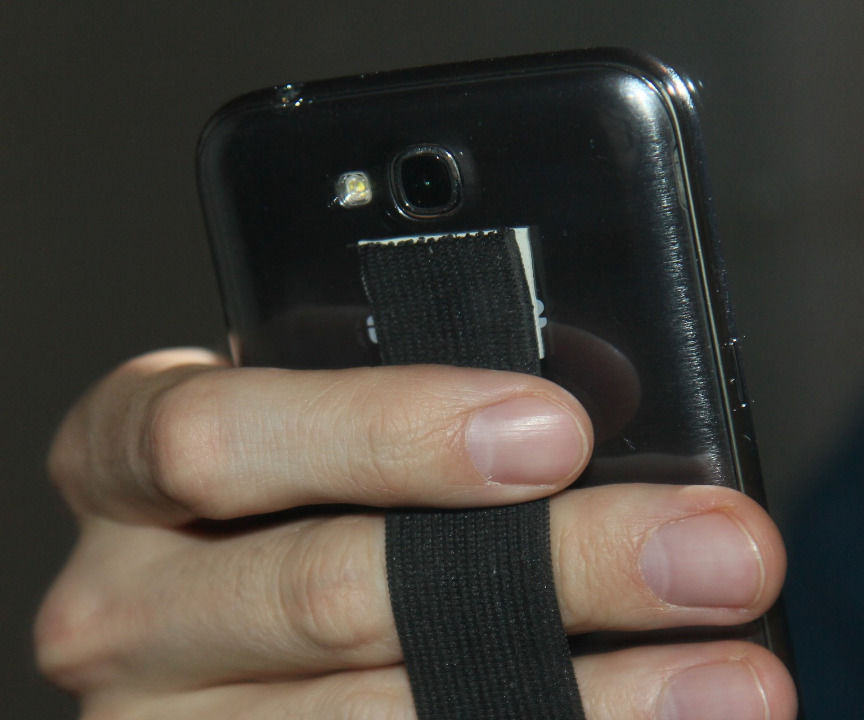 Phablet/smartphone strap for single hand use