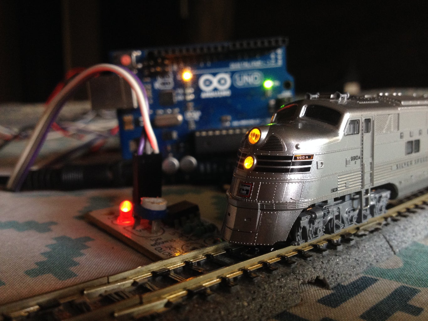 Simple Automated Model Railroad Loop With Yard Siding