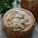 海鲜chowder在面包碗供食